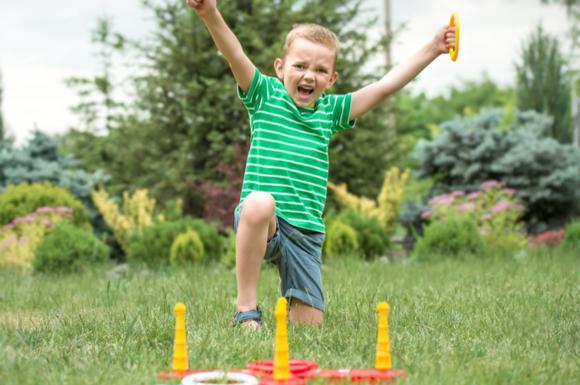 輪投げゲームで盛り上がっている子供