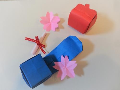 折り紙でランドセルを折ったものをアレンジした画像