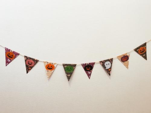 ハロウィン用に手作りガーランドを飾っている様子