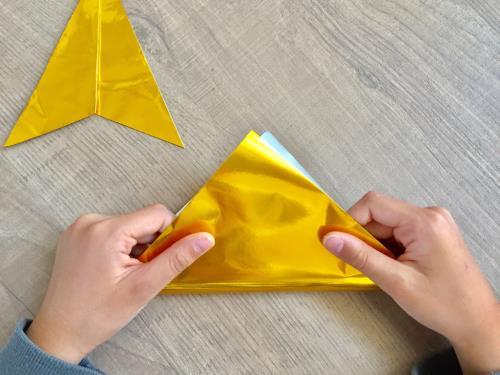 折り紙でクリスマスツリーの飾りを作っている手順の画像