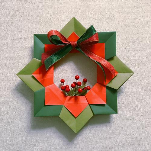 折り紙でポインセチアのリースを折る手順の画像