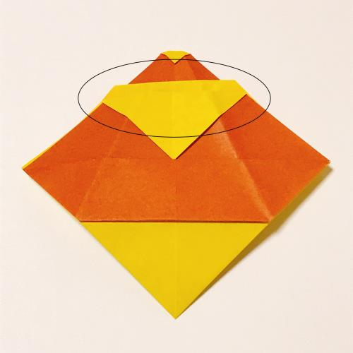 折り紙でポケット付きのサンタクロースを折っている手順の画像